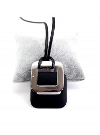 Ожерелье в виде пряжки ремня на кожаном шнурке
